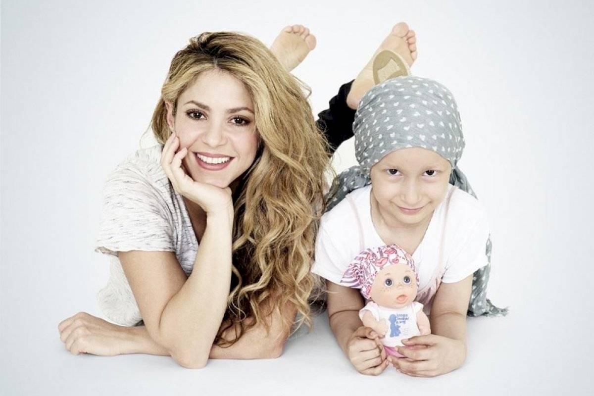 Shakira junto a una pequeña con cáncer y su muñeca