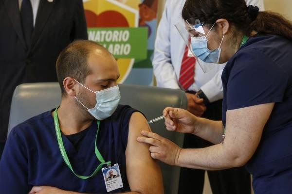 Funcionarios del ISP denuncian apuro por aprobar vacunas contra el coronavirus