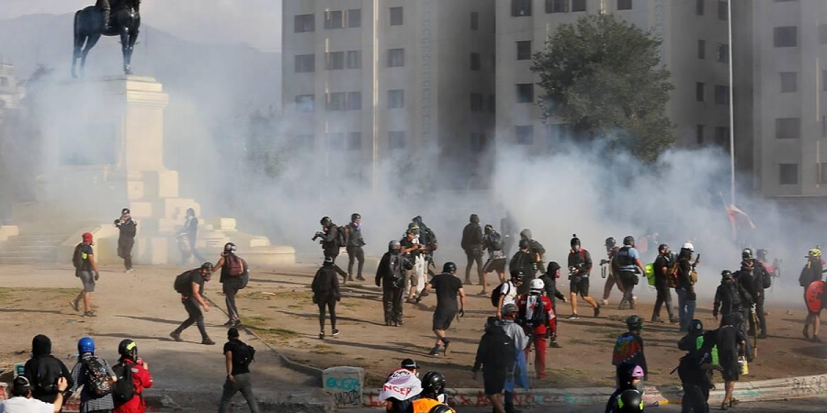 Manifestantes interrumpen tránsito en Plaza Italia pidiendo libertad a los detenidos durante el estallido social