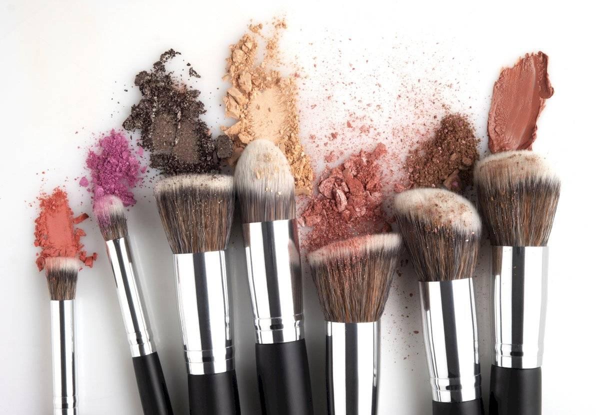 Los residuos que acumulan las brochas de maquillaje pueden convertirse en bacterias