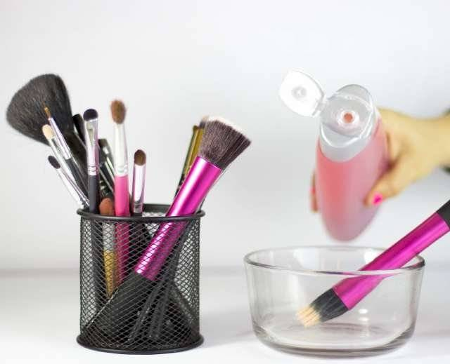 En el marcado existe una gran variedad de productos para limpiar las brochas de maquillaje