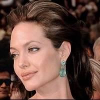 Angelina Jolie muestra la forma más elegante de lucir un vestido tipo gabardina si tienes 40 años