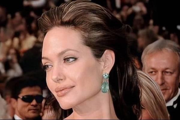 Angelina Jolie se viste de blanco en un ceñido vestido midi y comparte un día de compras con Zahara y Shiloh