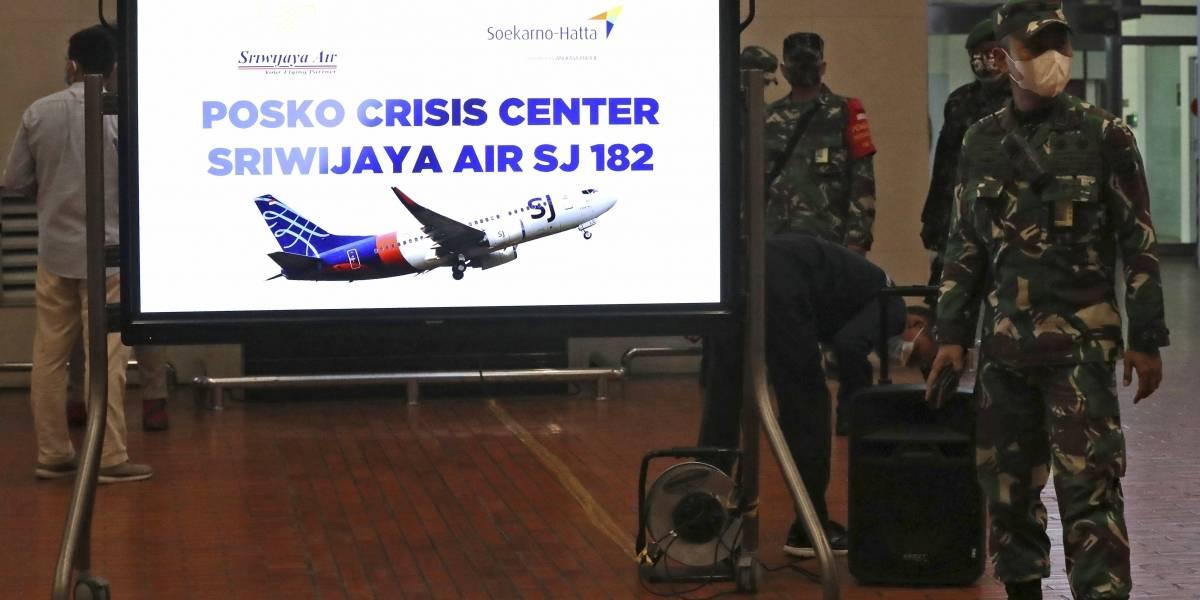 Desaparece avión en Indonesia con 62 personas a bordo
