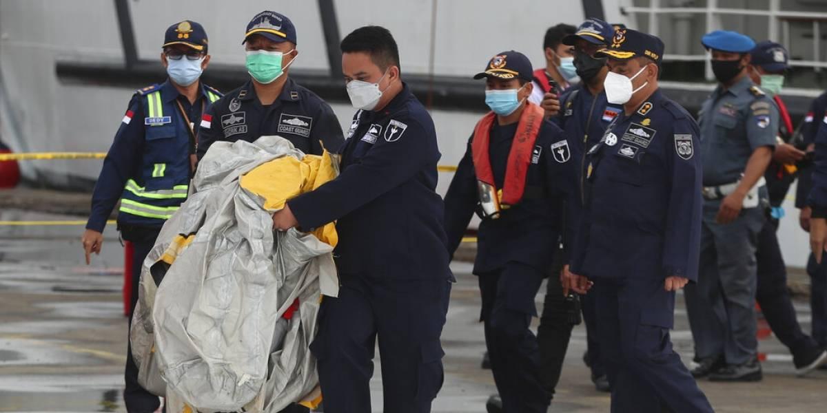 Hallan restos humanos tras accidente de avión en Indonesia