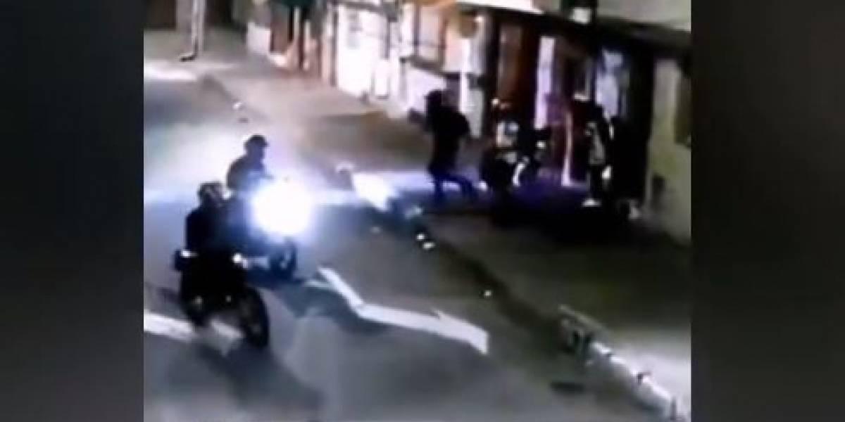 Delincuentes en moto atracan a una mujer y asesinan a un hombre que iba con su pareja