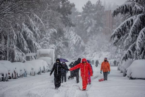 Video registra la tormenta de nieve del siglo que maravilla a los habitantes de Madrid en plena pandemia