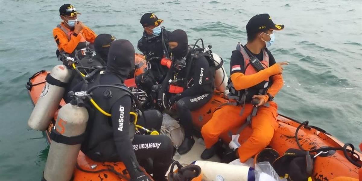 Localizan el avión con 62 personas que se precipitó al mar en Indonesia