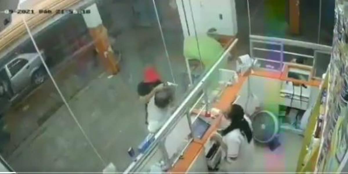 Cámara capta un violento asalto en una farmacia en Pueblo Viejo, Los Ríos