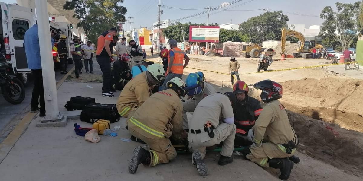 Derrumbe de zanja atrapó a cuatro albañiles en Zapopan, dos se reportan graves