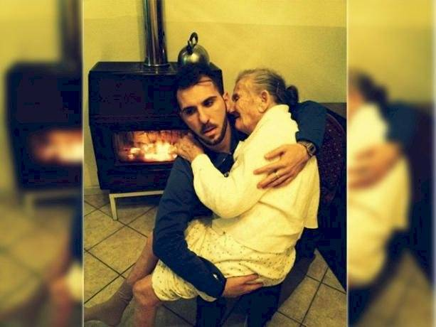 Joven carga a su abuela con Alzheimer para recibir el Año Nuevo y nos da una importante lección