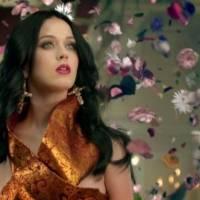 Após dar à luz, Katy Perry exibe curvas naturais e propaga a maternidade real