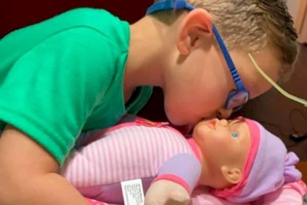 Niño pidió una muñeca para cuidarla y practicar ser tan buen padre como el suyo.