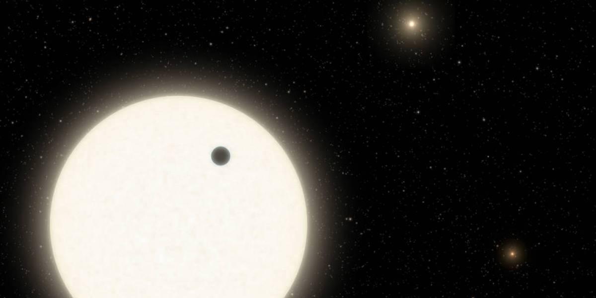 Un exoplaneta orbitando tres estrellas masivas se convierte en uno de los descubrimientos más curiosos de Kepler