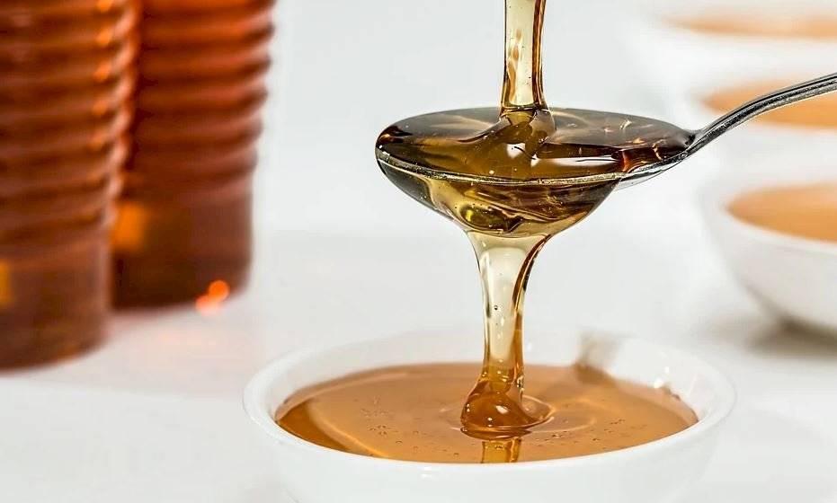 La miel es un excelente remedio para aliviar la tos y la irritación de garganta por su contenido en inhibidinas.