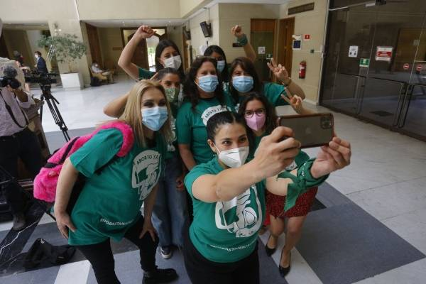 Poleras y pañoletas verdes se toman el Congreso en inicio de tramitación del aborto