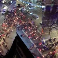 Manifestantes contra las restricciones marchan con antorchas en Francia pese al toque de queda