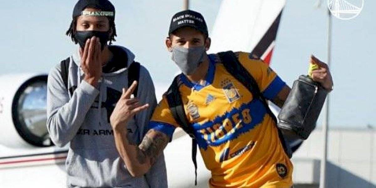 Juan Toscano presume playera de Tigres en viaje con Warriors