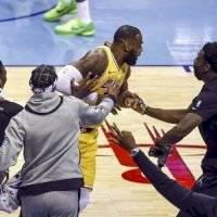LeBron James realiza apuesta mientras lanzaba un triple… ¡y la ganó!