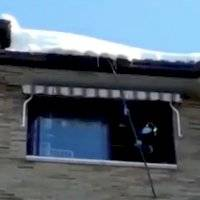Bomberos trabajan en la limpieza de los tejados de Madrid tras la nevada