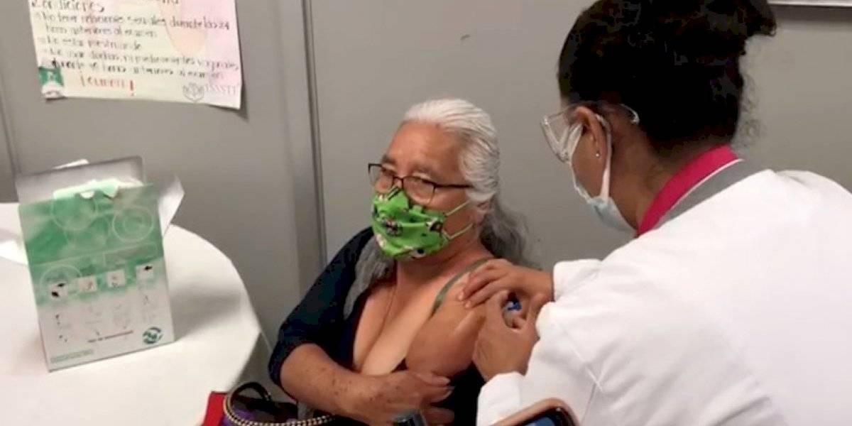 Trabajadora con 30 años de antigüedad en el ISSSTE recibe primera vacuna en Oaxaca