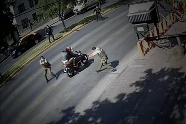 Y no fue balacera en Providencia: carabinero disparó a su compañero y guardia municipal lo atropelló con motocicleta