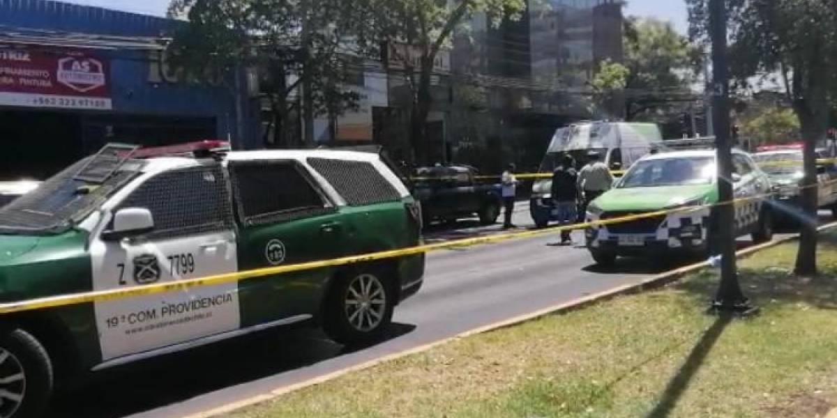 El confuso operativo que terminó con dos carabineros heridos en Providencia: no hay certeza de que delincuentes hayan disparado