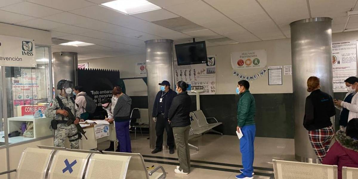 Aplican en Nuevo León vacunas anti-Covid a personal médico