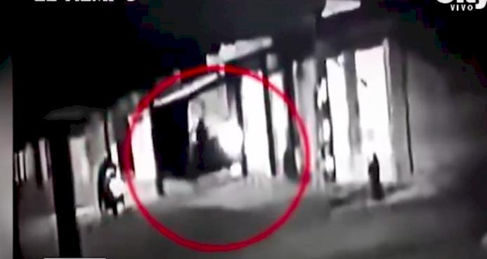 Ladrones le dispararon a una mujer en la cabeza por robarla en una calle en Bogotá