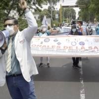 Médicos peruanos inician huelga indefinida mientras aumentan de casos de Covid-19