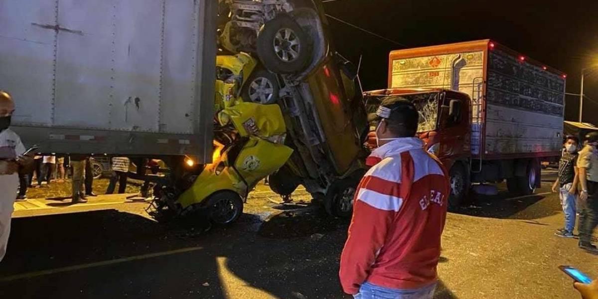 Colisión entre cuatro vehículos en la vía Santo Domingo - Quevedo deja un fallecido