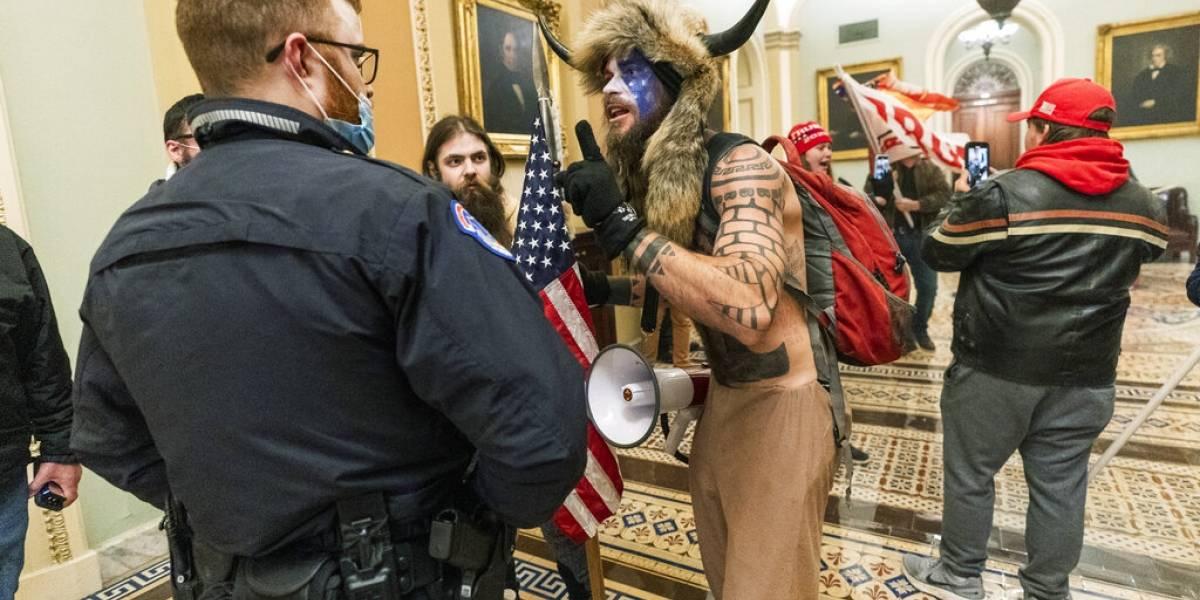 Sujeto disfrazado de bisón que irrumpió en el Capitolio pide perdón de Trump tras su arresto
