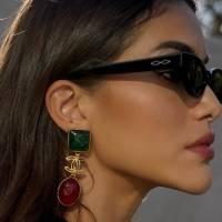 Camila Coelho ensina como usar um look cor sálvia com elegância