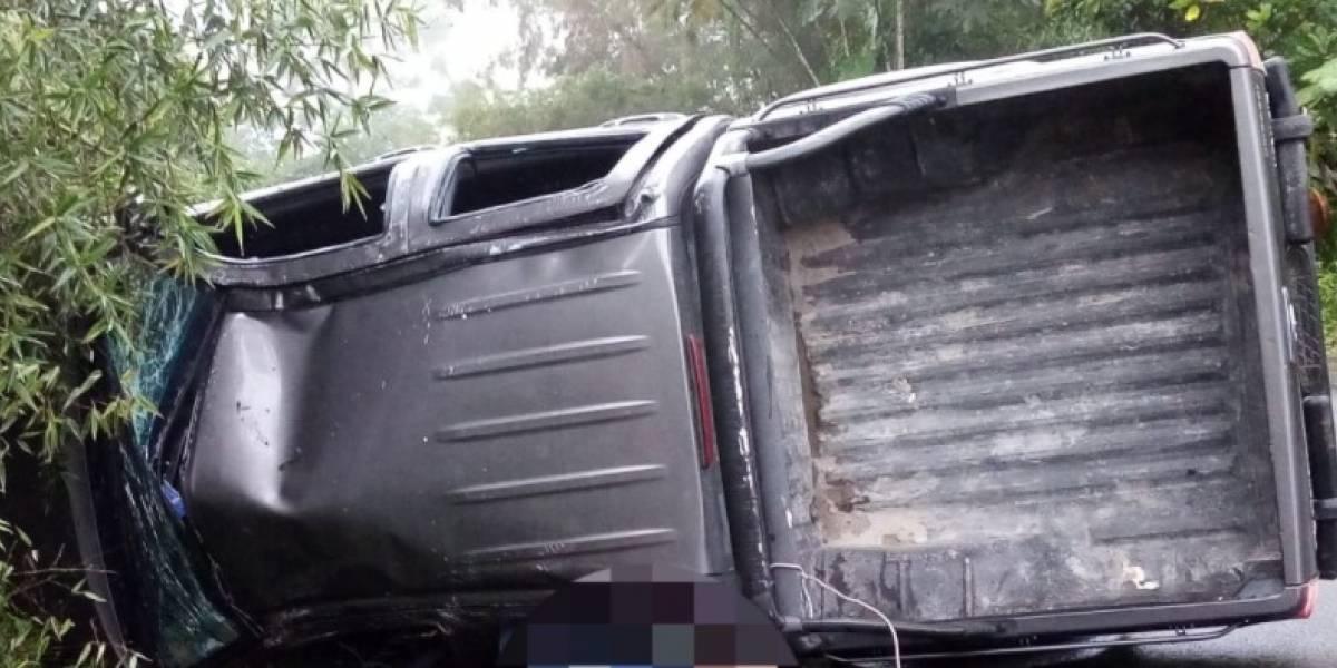 Volcamiento de vehículo en la vía Calacalí-Río Blanco deja un fallecido