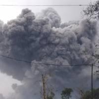 El volcán Semeru en Indonesia entra en erupción dejando nube enorme de ceniza