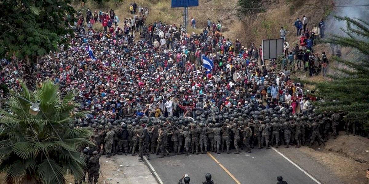 Increíbles imágenes: Guatemala contiene con fuerza a caravana migrantes