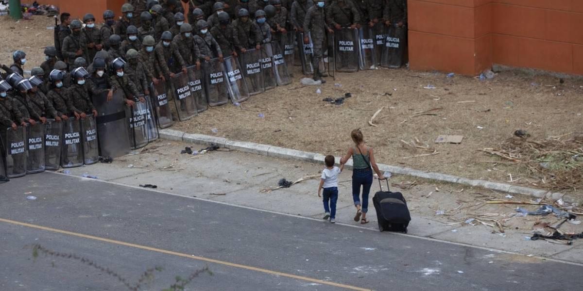 Crece desesperación entre migrantes bloqueados por Guatemala