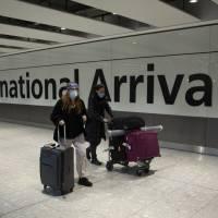 Biden no levantará restricciones por pandemia a viajeros