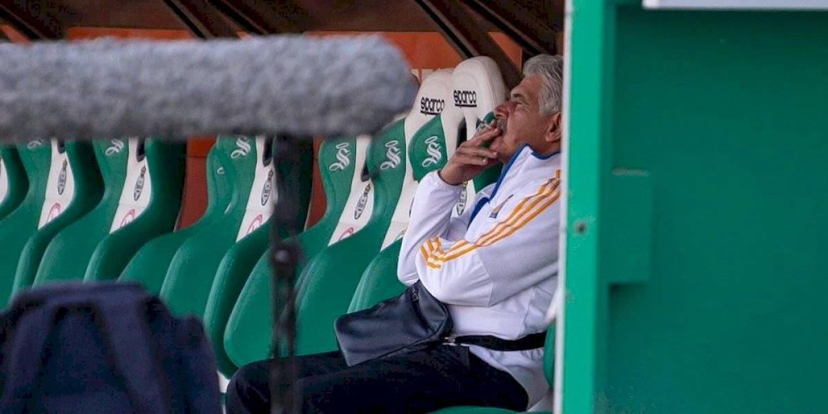 Captan a Ricardo Ferretti fumando en la banca del Estadio TSM