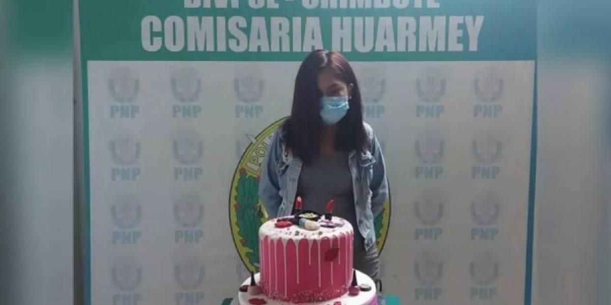 Policías hacen viral foto de joven arrestada junto a su pastel de cumpleaños tras fiesta en pandemia