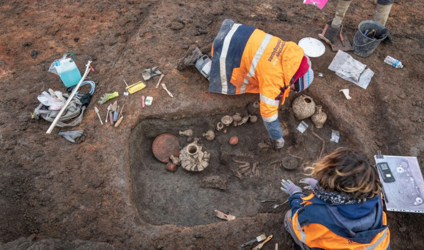 Los restos de un niño y su perrito, pertenecientes a la antigua Galia romana, fueron encontrados esta semana.