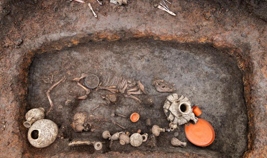 Los restos de un niño y su perrito, originarios de la Galia romana.