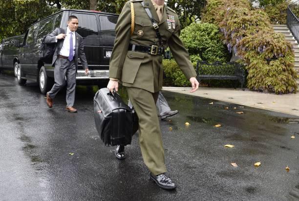 El maletín con los códigos nucleares.