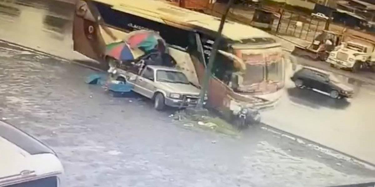 Santo Domingo: bus interprovincial arrolló a dos hombres que estaban comprando