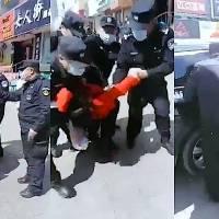 Mujer china se niega a portar cubrebocas, policía la somete y arresta