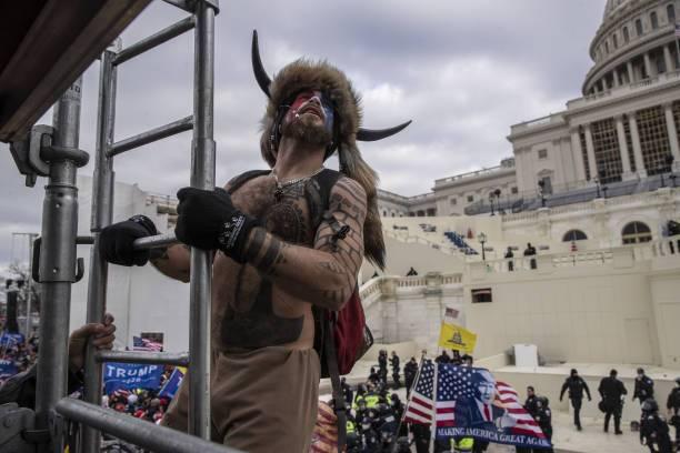 El Hombre de los cuernos, Jake Angeli, se encuentra detenido tras irrumpir en el Capitolio.