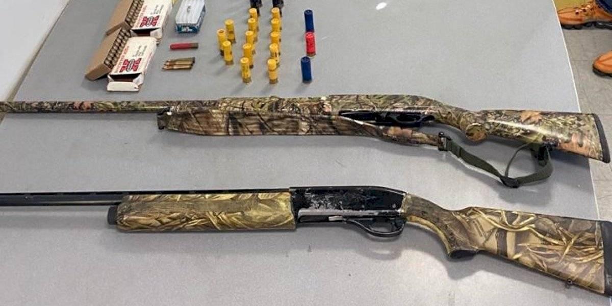 Arrestan tres jóvenes en Ponce, les ocupan armas largas y municiones