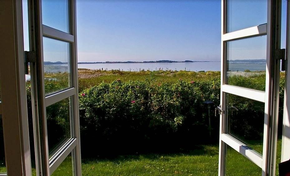 Abrir las ventanas permite que la brisa fresca entre mezclándose con todos los ambiente del interior.