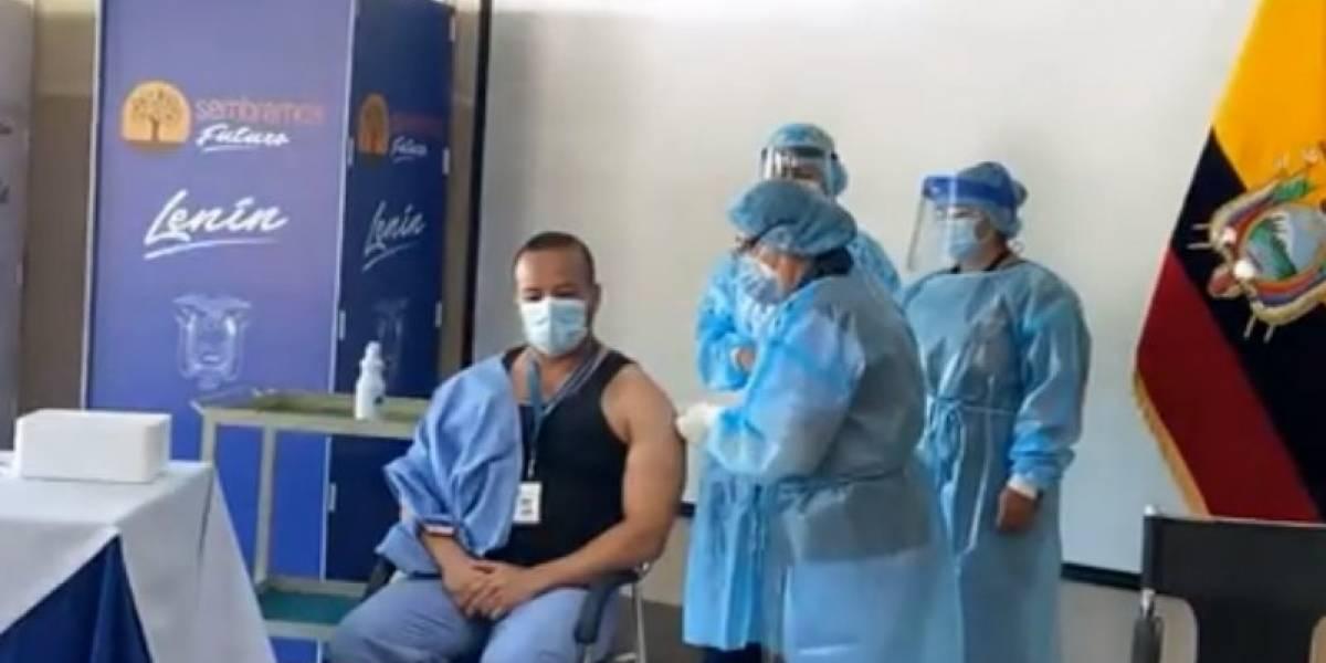 Jorge Vélez, líder de cuidados intensivos, fue el primero en recibir la vacuna en el Hospital Pablo Arturo Suárez