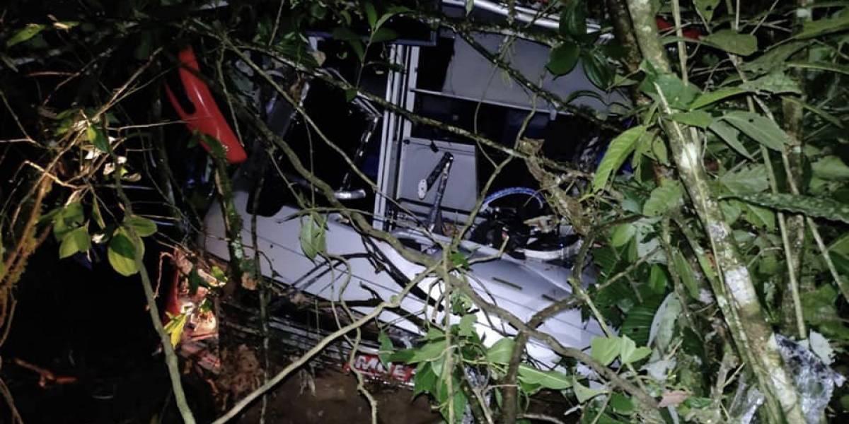Bus cayó en un abismo de 500 metros dejando un fallecido y tres personas heridas en Sucumbíos
